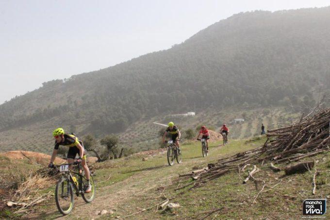 Andalucía Bike Race 2016 a su paso por Mancha Real con la Peña del Águila al fondo