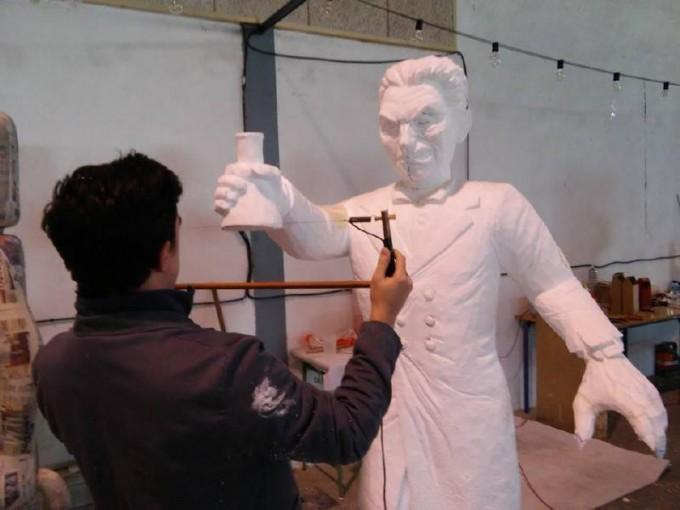 Alberto Molino talla una de las figuras de este año