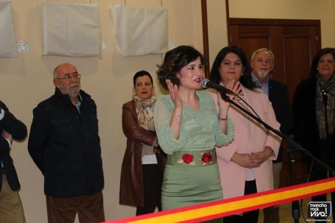La autora Luna Ruíz dirigiendo unas palabras