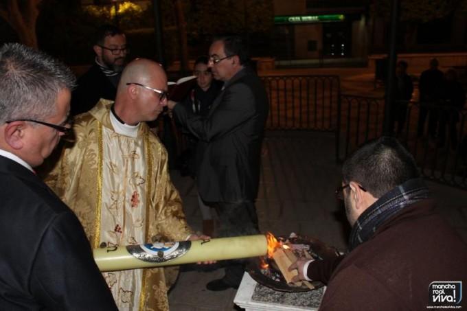 Momento en el que Don Mariano Cabeza enciende el Cirio