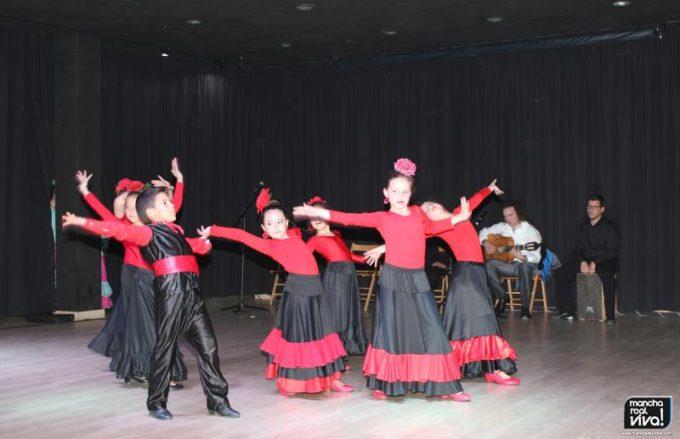 Los alumnos de Bailomaná durante su actuación