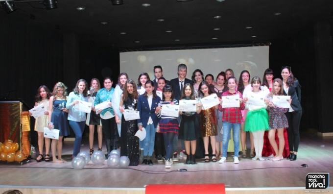 Foto del final con todos los integrantes en el escenario