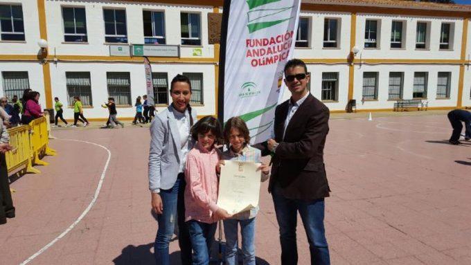 Los representantes del CEIP San Marcos con el Diploma de Excelencia