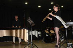 Fátima Pérez acompañando con su Saxofón
