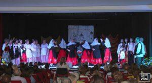 La Asociación La Serranilla bailando