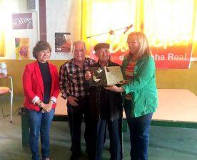 Melchor Fernández recibiendo su placa