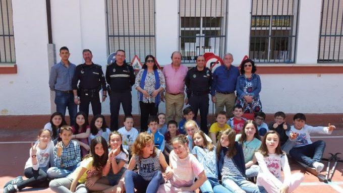 Los alumnos posaron junto a la Alcaldesa, Concejales, responsables del Centro y Policia Local