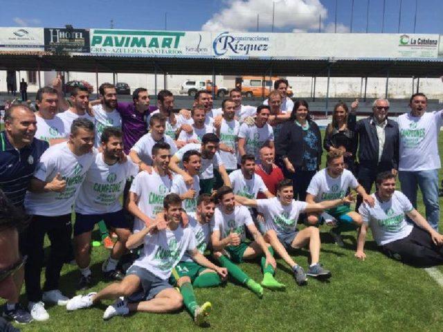 El equipo festejando la victoria con las autoridades y aficionados
