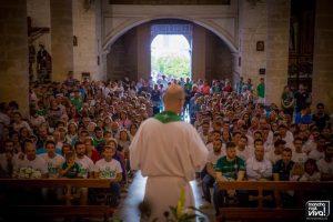 Directivos, jugadores y aficionados acudieron a la iglesia de San Juan Evangelista para la ofrenda a la Virgen del Rosario