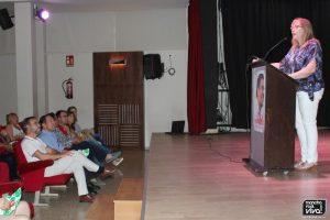 Micaela Martínez dirigiéndose al público