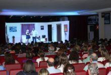 Photo of El grupo de teatro UpTelón obtiene un gran éxito con la divertida comedia «El hábito no hace al monje»