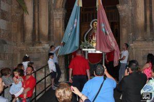 Salida del templo con las banderas