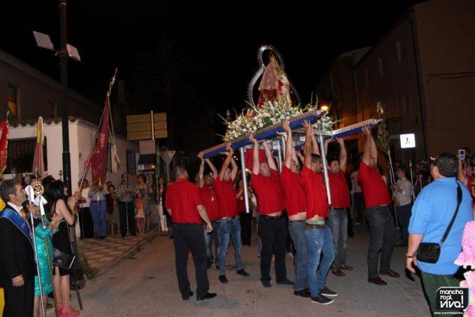 """Momento en el que """"La Morenita"""" es alzada en su entrada"""