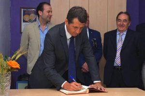Salguero firmando en la sede de la Peña