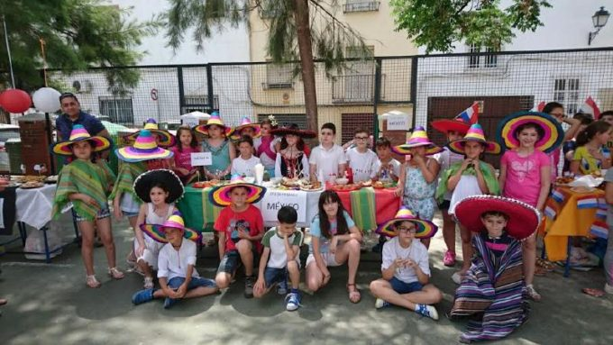 Los Alumnos con ropas y comidas de México