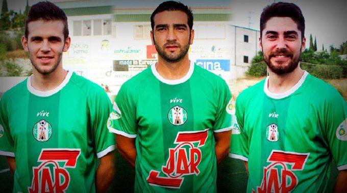 Juanlu, Miguel y Álvaro con la camiseta del At. Mancha Real