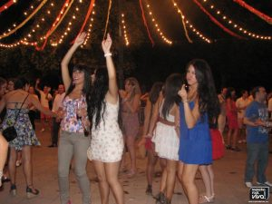 Jóvenes bailando en la Verbena 2011