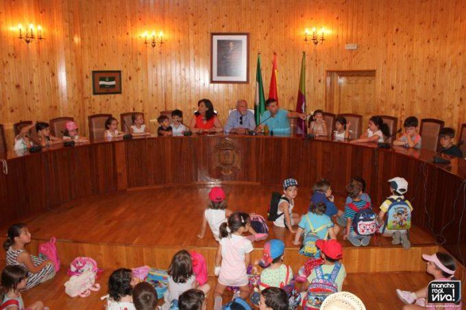 Los alumnos con los Concejales en el Salón de Plenos