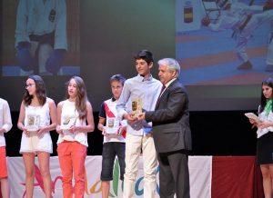 Antonio Sánchez recibe el premio de manos del Presidente
