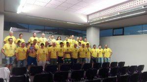 Foto del grupo con las camisetas oficiales