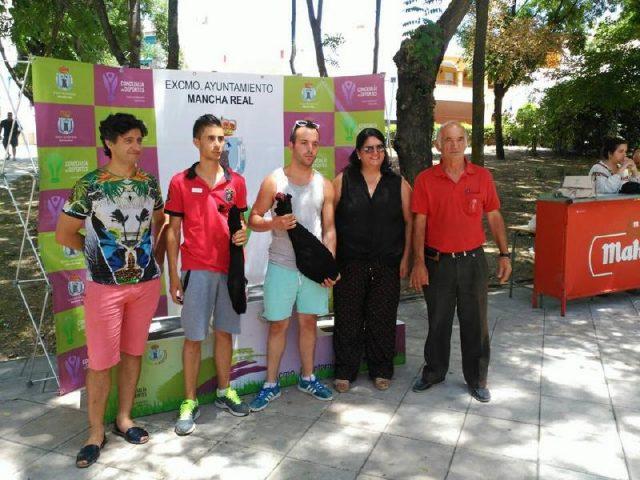 La Alcaldesa Mar Dávila y Ernesto Angulo entregando los premios