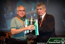 Photo of El Presidente del At. Mancha Real recibe la Copa de Campeón de manos de Angel María Villar