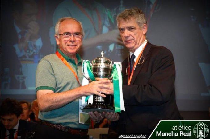 El Presidente del At. Mancha Real recibe la Copa de manos de Ángel María Villar