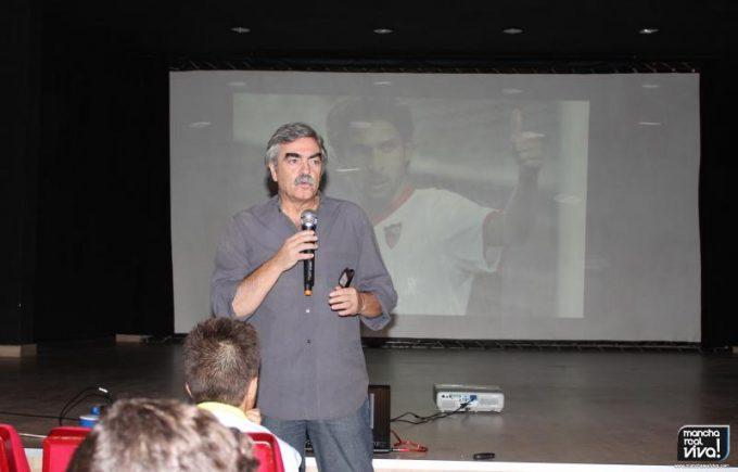 Antonio Oliver en una de sus charlas en Mancha Real
