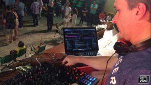 El DJ Indio con los ritmos del momento