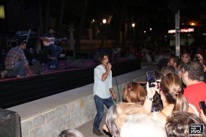 Hugo Salazar junto al público en una de sus canciones