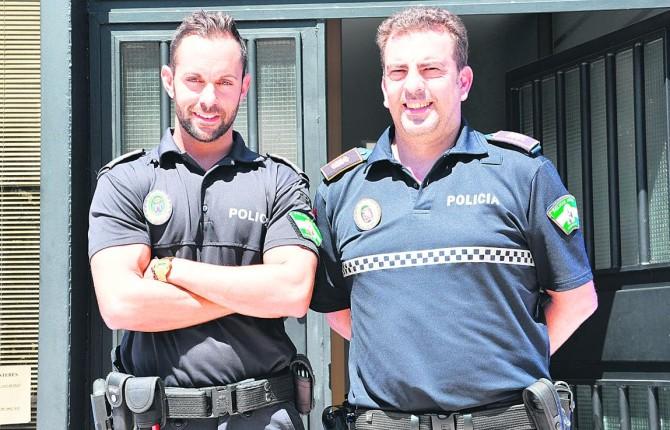 Manuel Jaén y Martin Rus, los dos policías que intervinieron (Foto Elena Martínez)