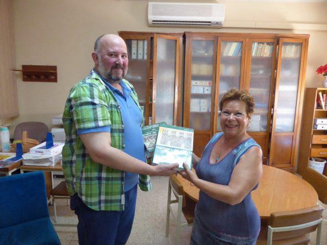 Antonio de la Muela hace entrega de los ejemplares a Carmen, responsable de la Biblioteca