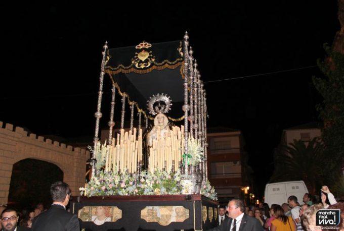 El trono de la Virgen de los Dolores a su paso por la plaza