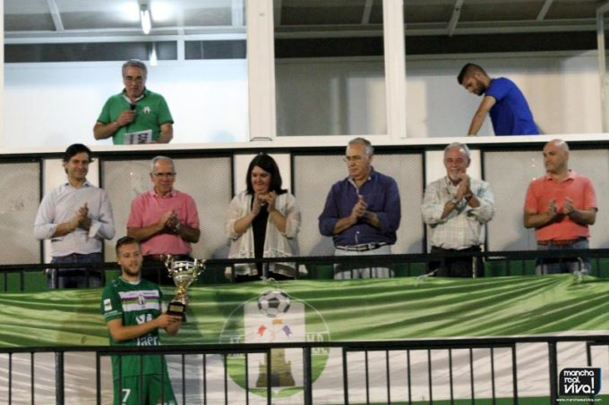 El capitán del At. Mancha Real, Ramón recoge la copa de ganadores