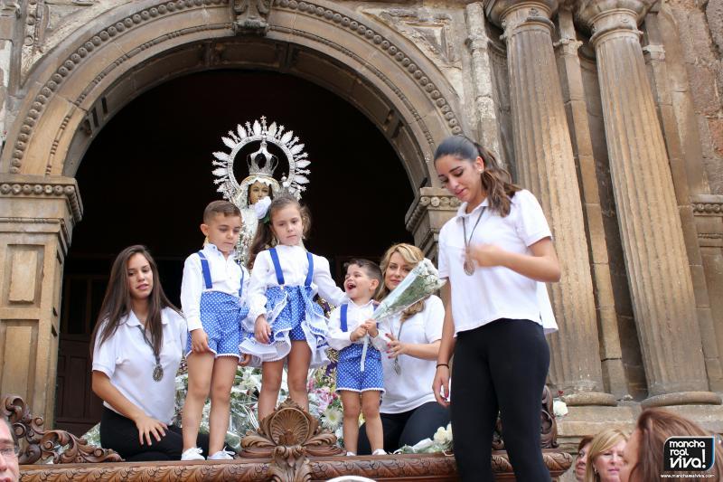 Muchos niños quisieron estar junto a la Virgen en esta Ofrenda Floral