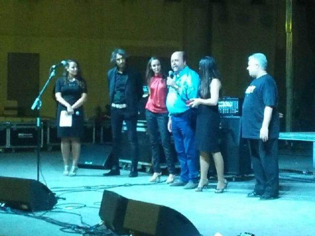 Momento en el que Francisco Amezcua recoge el premio a la mejor orquesta