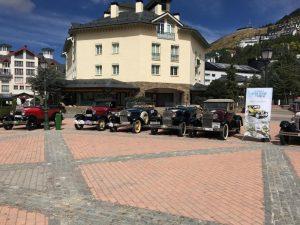 Los Ford A aparcados en la Plaza de Pradollano
