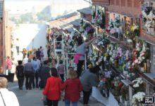 Photo of El cementerio recibe a cientos de visitantes en el Día de los Santos