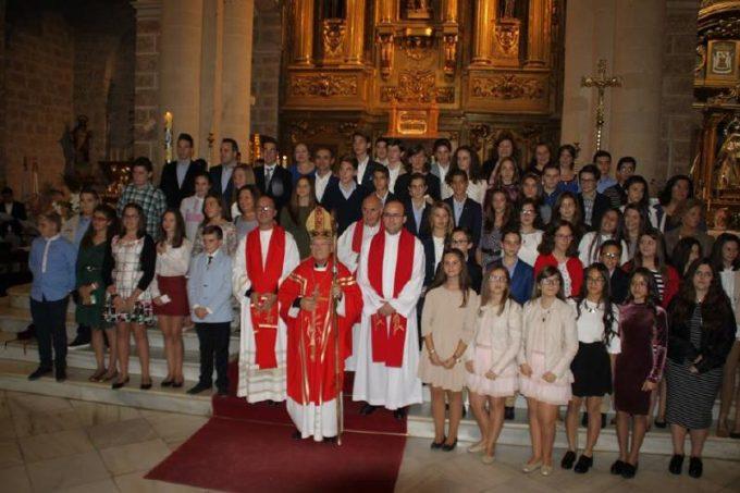 El Obispo con los sacerdotes y los  jóvenes que se confirmaban