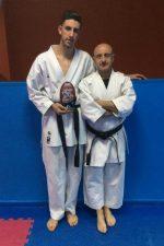Fernando con su trofeo junto a Paco, su maestro