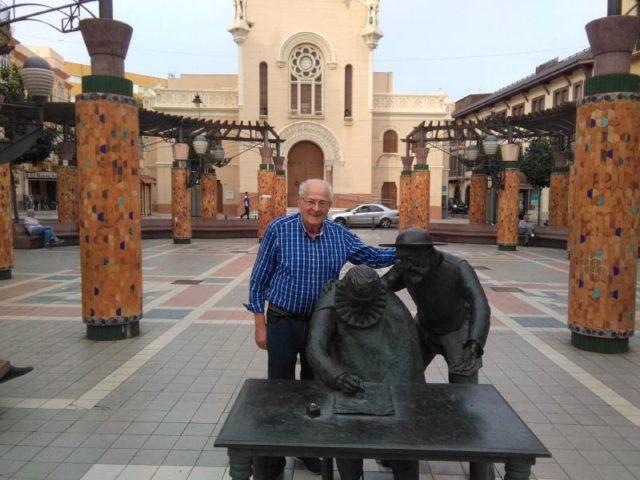 El autor junto a la estatuo de Cervantes en la Pl de España de Melilla