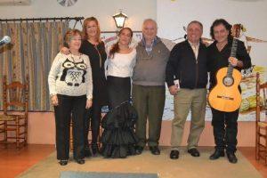 Los artistas con miembros de la Peña