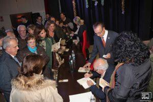 Al final firmó ejemplares de la novela