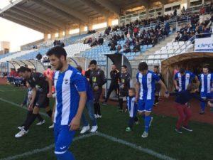 Los equipos saliendo al campo. (Foto Lorca FC)