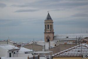 La torre majestuosa entre los tejados