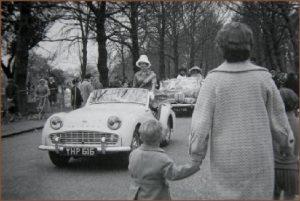 En un desfile en los años 50