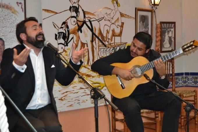 José Olmo al cante, acompañado a la guitarra por