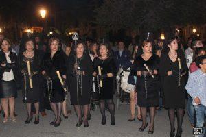 Mujeres con mantillas acompañaron a la Virgen