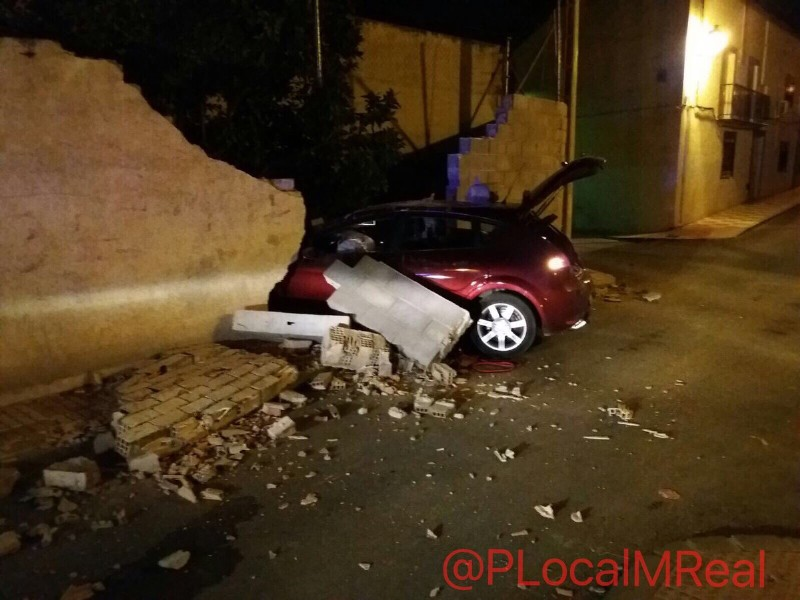 Photo of Un aparatoso accidente en Mancha Real acaba con un vehículo empotrado en un muro
