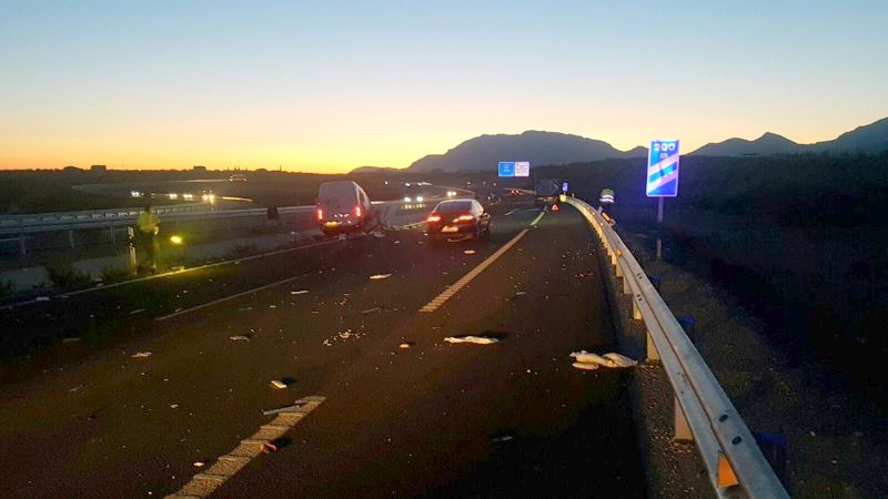 Photo of Accidente de una furgoneta al colisionar con un camión cerca de la entrada a Mancha Real